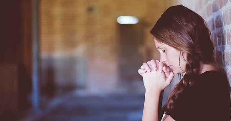 Cómo notificar a la familia y sociedad sobre una defunción